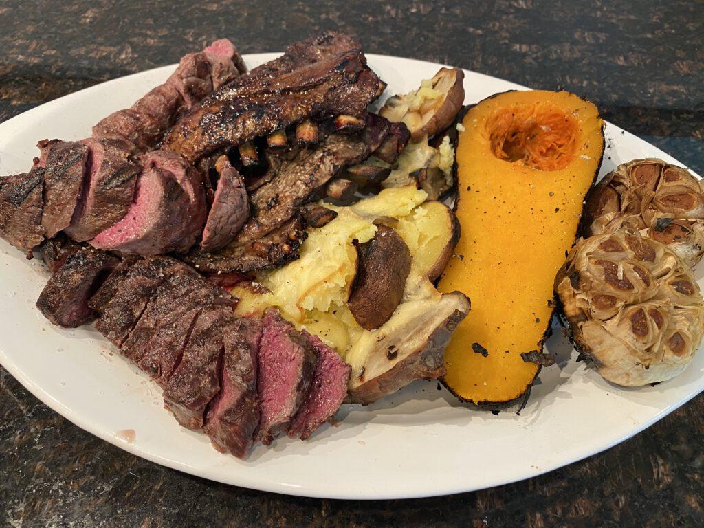 Poronvasan lihojen grillaus, savustus ja kuivaus lautasella