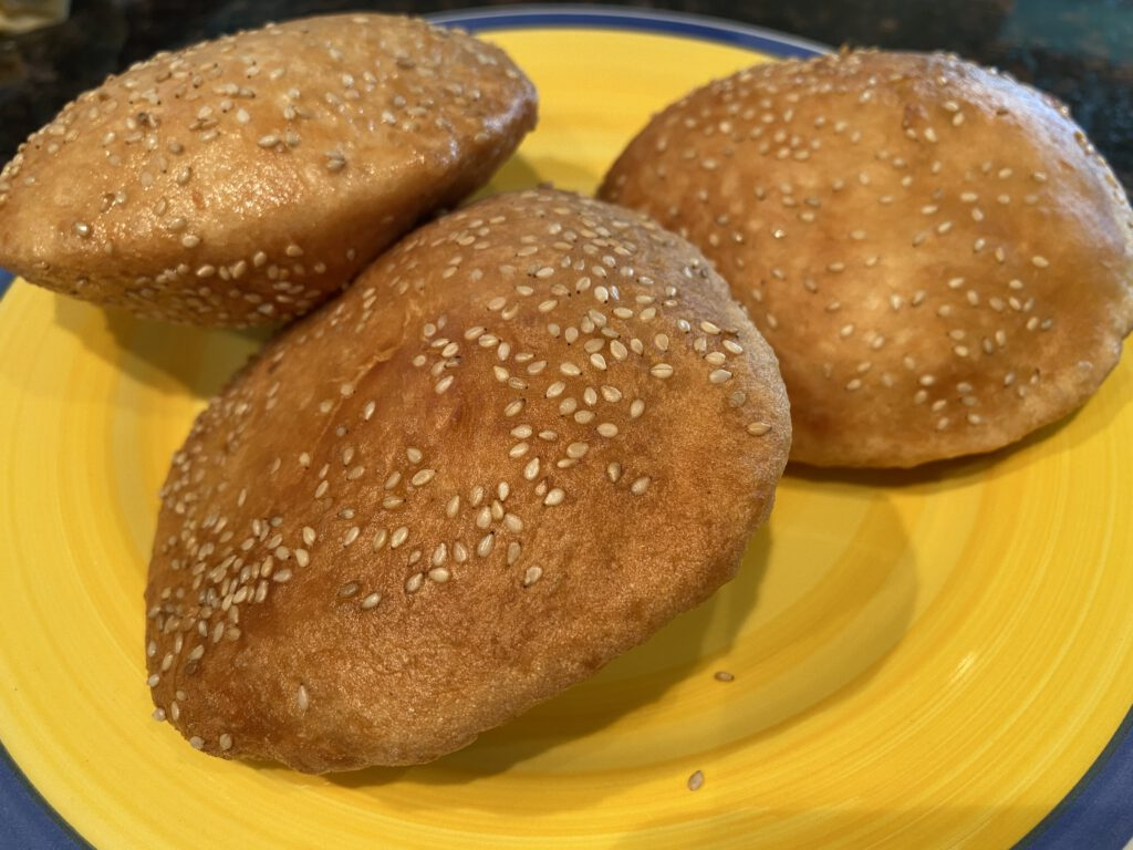 Banh Tieu leipäset kohoavat palloiksi öljyssä paistaessa. Sisään sitten vain karamellipossua ja hedelmäsalsaa.