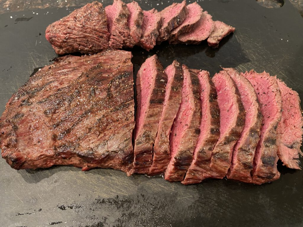 Petite Tenderiä ja Flank steakiä siivuina