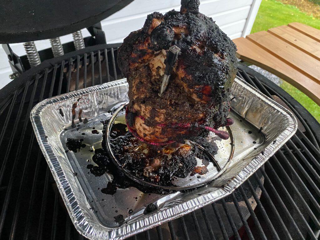 Tölkkikanan grillaaminen kamadossa hiileksi