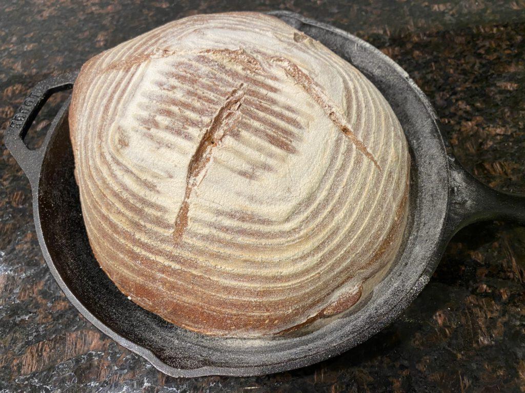 Miten hapanjuurileivän leivotaan niin, että leipomisen lopputuloksena on näin hienon näköinen leipä