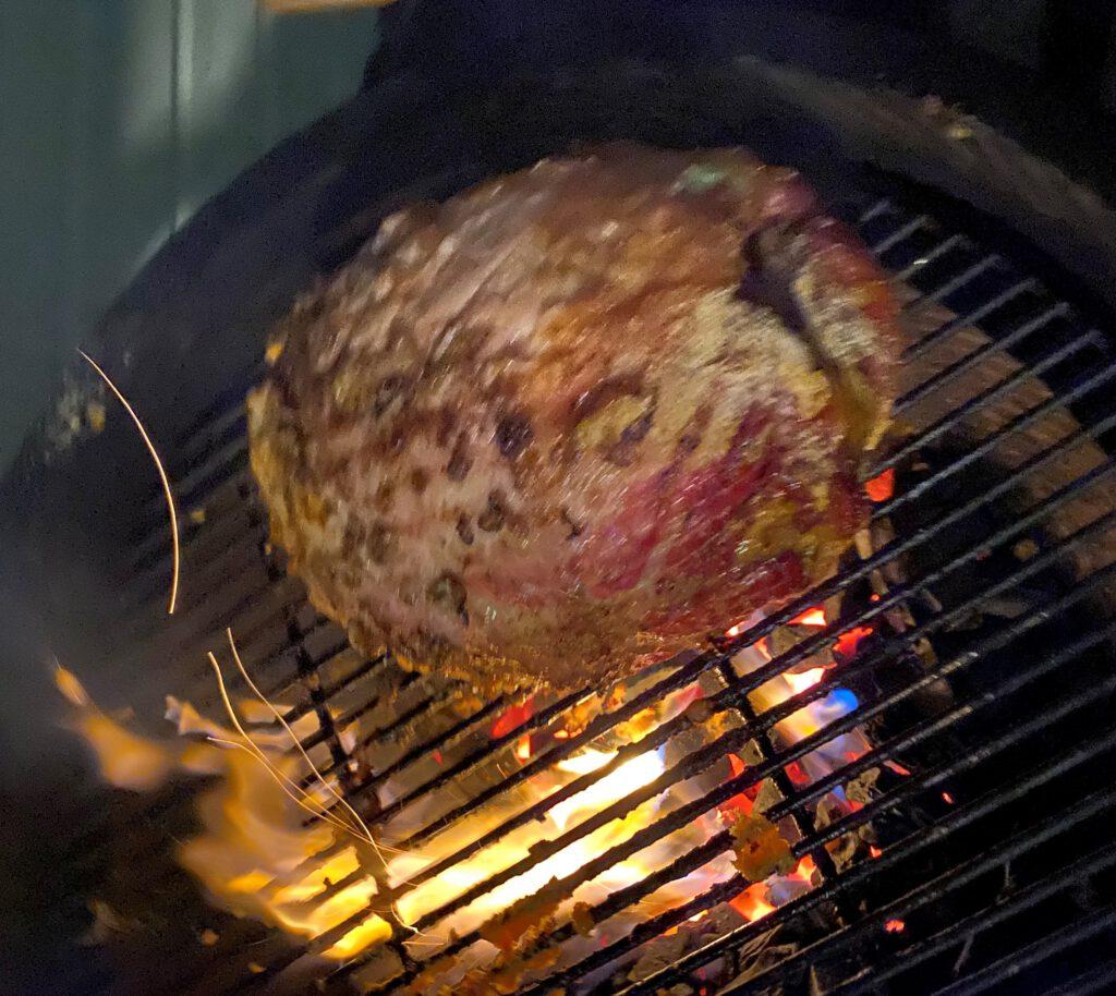 Kinkun grillaaminen kamadossa on kuumaa puuhaa