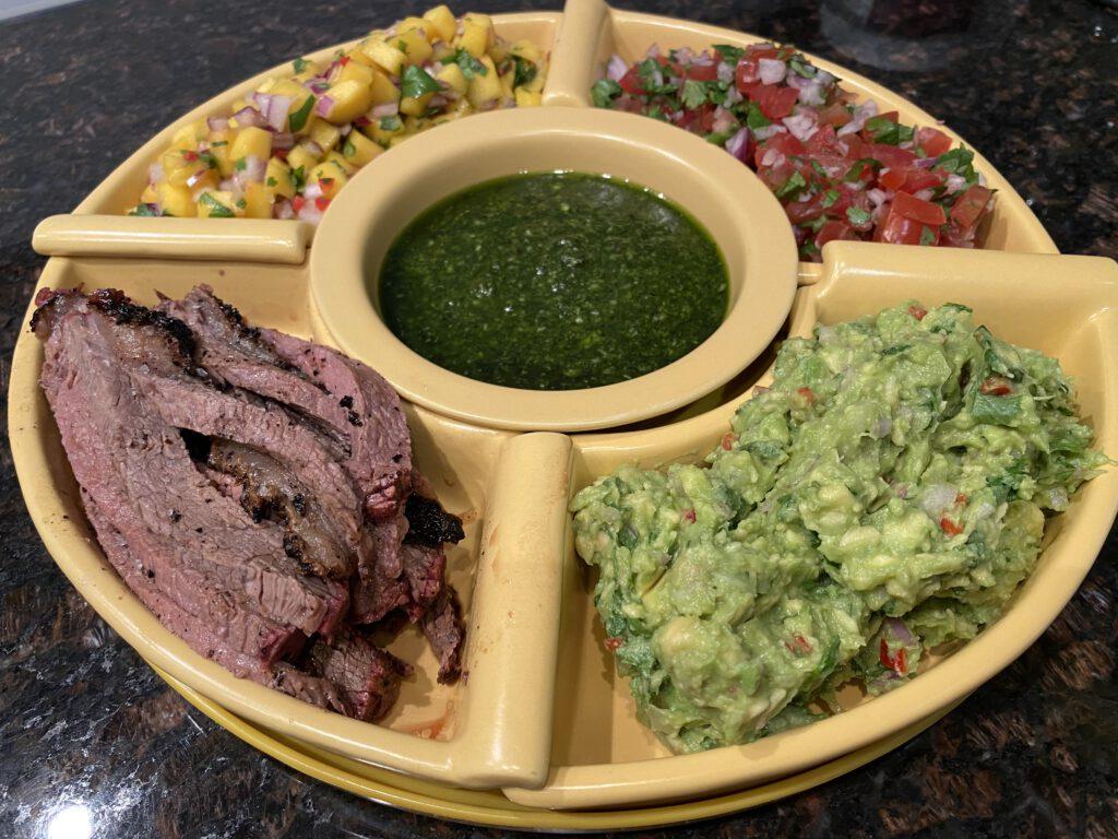 Maitovasikan picanhaa ja tortilloja kamadolla sekä guacamolea, chimichurria, mango- ja Pico de Gallo salsaa