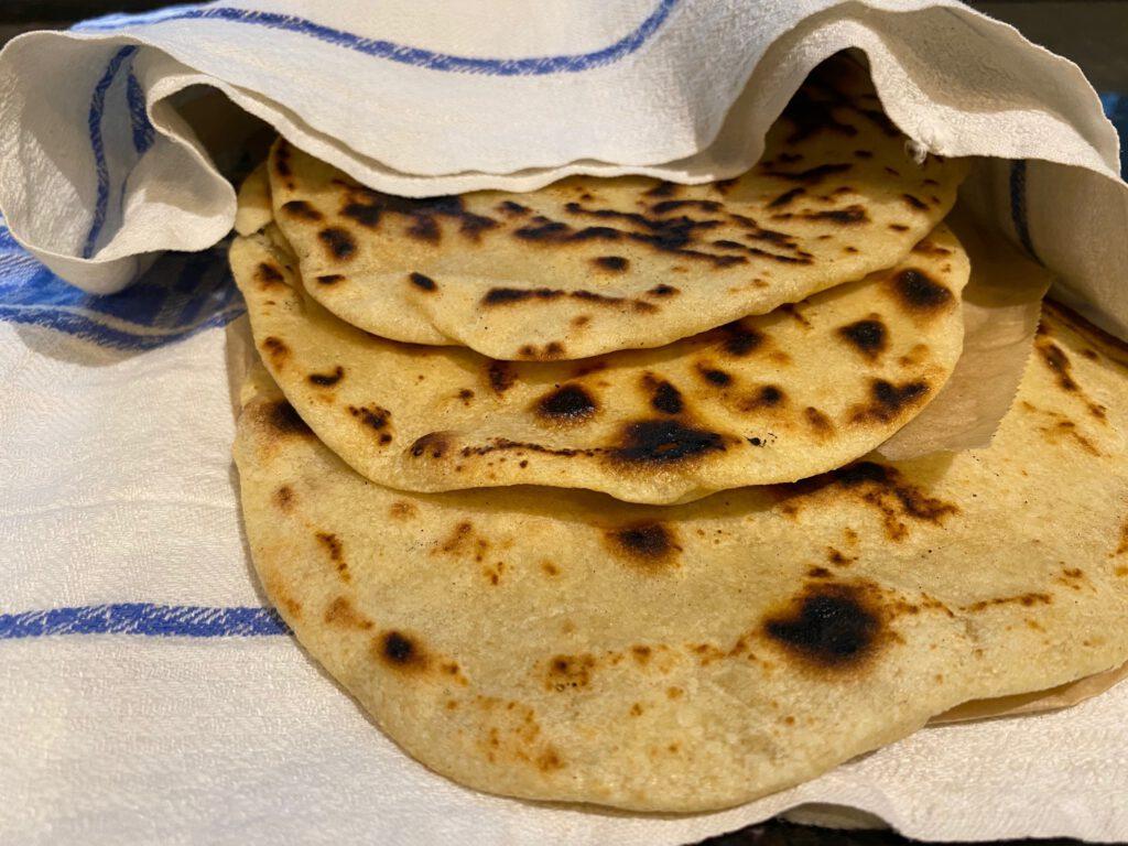 Kamadossa grillattuja tortilloja tex-mex-ateriaan
