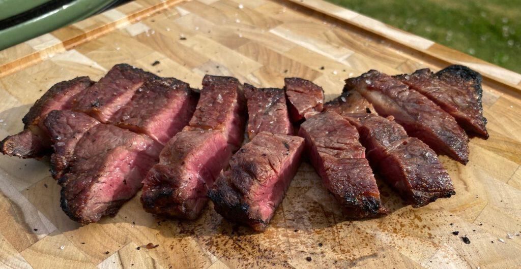 Kuivakypsennetyn entrecoten grillaaminen luolamiesmenetelmällä toimii hienosti. Lopputuloksena on maukasta ja pehmeää lihaa.